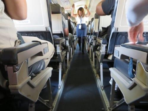 満員です。機内サービスはミネラルウォーターの配布のみ。